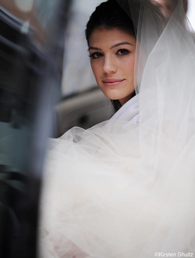 Super cute wedding photo, Gen looks stunning (and cute photo idea!)