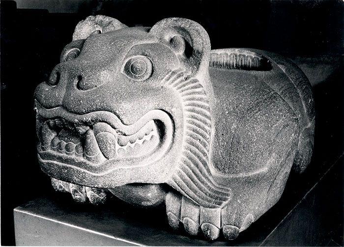"""Representación de un jaguar. Este tipo de esculturas, con una cavidad en la espalda para colocar los corazones de sacrificados, se conoce como cuauhxicalli. Cultura mexica. Posclásico Tardío. Tepeyóllotl, """"Corazón del Monte"""", el dios jaguar de los mexicas, ha inspirado innumerables creaciones iconográficas y míticas. Aquí se examinan los complejos vínculos que hubo entre el gran felino, """"señor de los animales"""", y deidades tan significativas como Tezcatlipoca, Quetzalcóatl, Tláloc y…"""