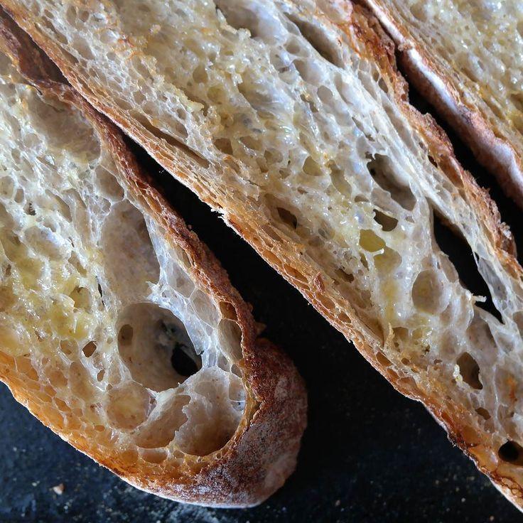 Canilla y Baguette En qué se diferencian? Y sí la de la foto es una baguette.  La canilla es típica en Venezuela y la baguette una barra francesa que conquistó el mundo. Lo que diferencia a estos dos panes tradicionales en la panadería no es precisamente su forma sino su fórmula y su preparación.  La fórmula panadera de la baguette es bastante sencilla solo 4 ingredientes  Harina panificable 100% Agua 70% Sal 2% Levadura 0.5% Malta en polvo 1% (opcional)  La fórmula panadera de la canilla es…