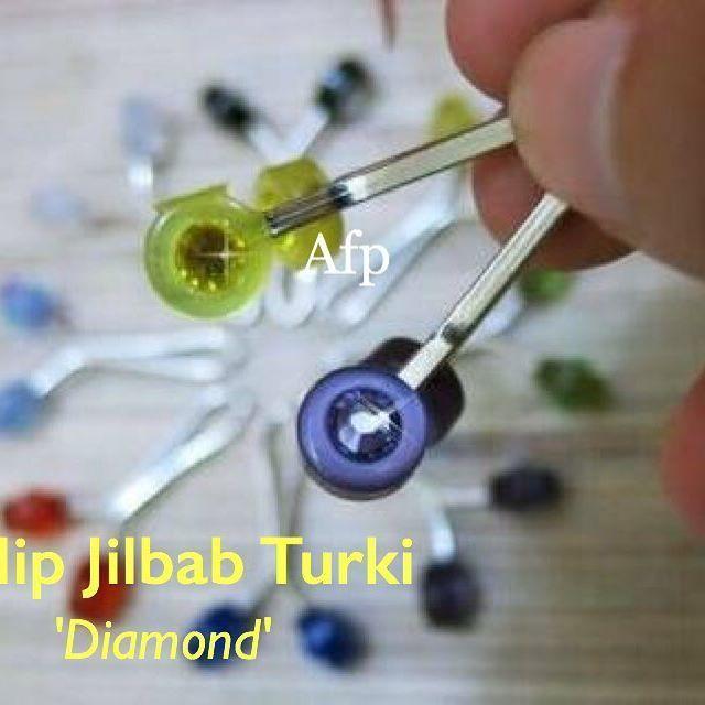 Clip Turki Diamond Impor dari Turki, Produksi Turki . HARGA PROMO Produk Baru ⬇️ . Harga : Normal 300.000/box isi 10pcs ➡️ PROMO 290.000/box ➡️ Beli lebih dari 3 Box = 280.000/box (No Ecer, Warna Random) . Koleksi terbaruu, Clip Kerudung / Jilbab produksi Turki, Harga lebih murah, kualitas di bawah WAVY Premium ,  Kegunaan sama, pengganti jarum & peniti untuk menjepit Jilbab kesayangan, sehingga bebas dari bolong deh 😍
