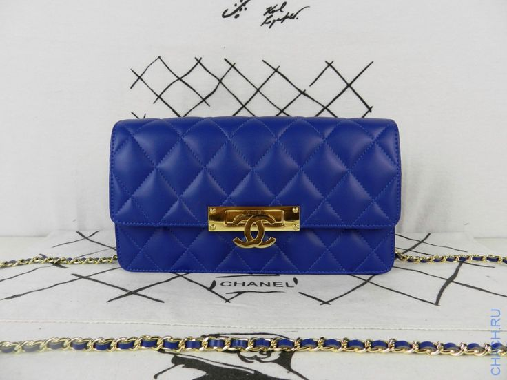 Синяя сумка-клатч Chanel на цепочке с золотым логотипом