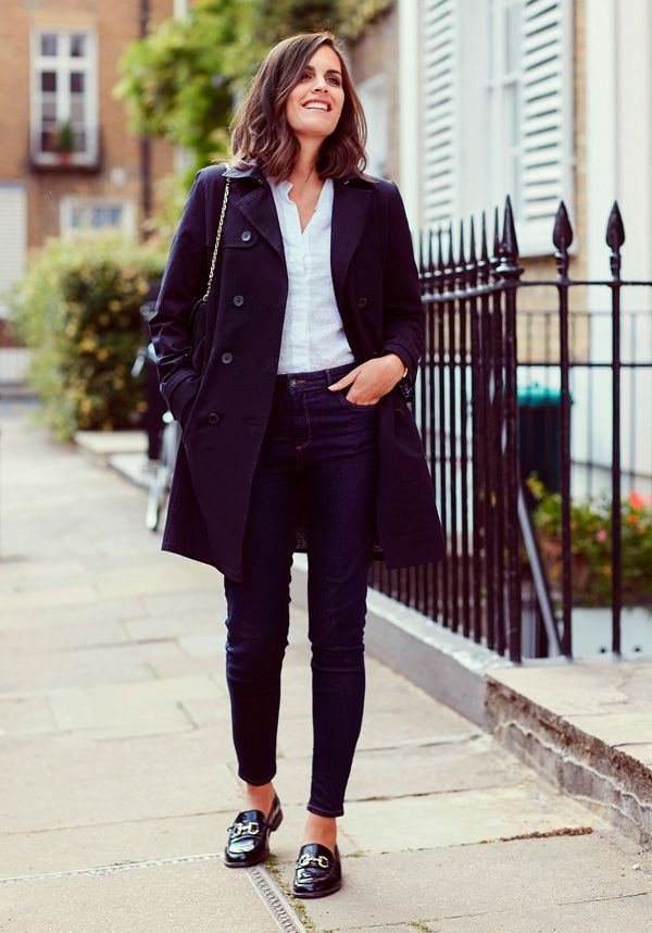 look básico com jeans, camisa, casaco e sapatilha