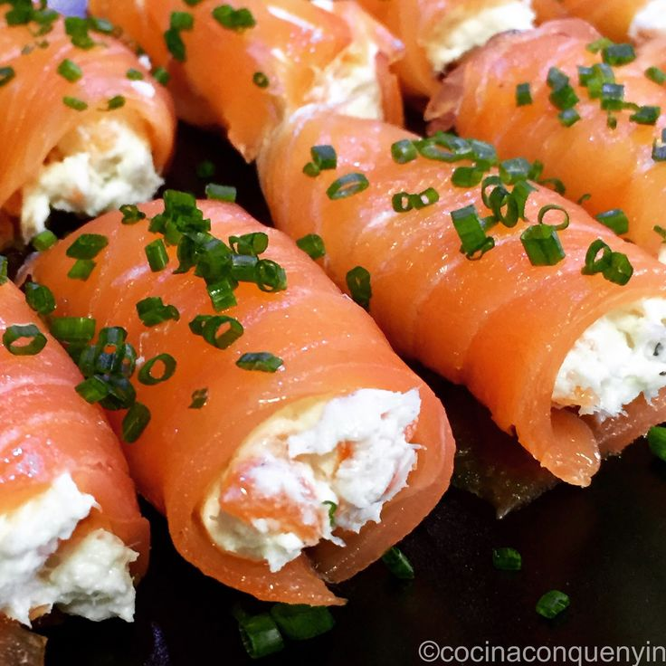 Salmón ahumado relleno de brandada de bacalao con cebollino fresco. Entrante diferente y muy apropiado para un día de celebración o comida ...