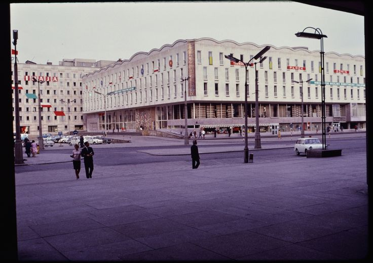 Wide street and buildings in Warsaw, Poland, fot. John William Reps (1960's)