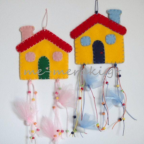 ΤΚ031-Α  Μπομπονιέρες βάπτισης χειροποίητες, κρεμαστό σπιτάκι από τσόχα (14 x 14 cm), με κορδόνια σε διάφορα χρώματα και πολύχρωμες κεραμικές χάντρες. (Ύψος μπομπονιέρας 33 cm). Χειροποίητη μπομπονιέρα βάπτισης, τσόχα. Με Μεράκι Μπομπονιέρες Χειροποίητες μπομπονιέρες www.me-meraki.gr
