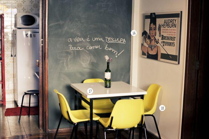 Casa Aberta  - 16_Quadro da All Posters. 17_ Mesa de fórmica da Moderna Indústrias. 18_ Cadeira da Moderna Indústrias.