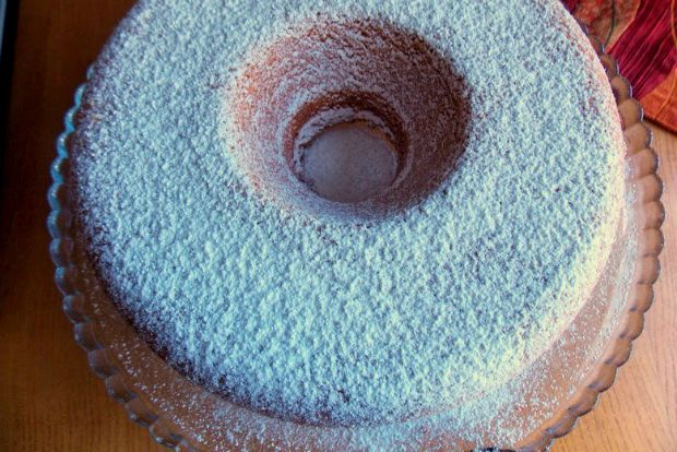 Εύκολο κέικ για δυο λόγους: αφενός τα συνηθισμένα του υλικά και Î%B