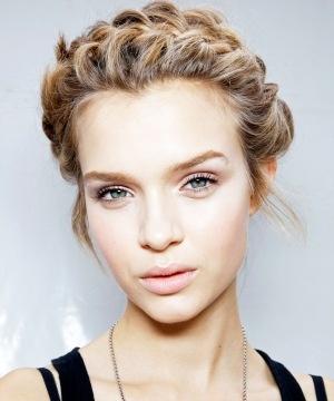 Guide: Så fixar du Valentinos flätade håruppsättning på egen hand | Damernas Värld