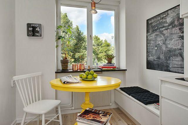 Zona de comedor en la cocina con una mesa recuperada pintada en amarillo http://decoratualma.blogspot.com.es/2013/09/la-ventana-redonda.html