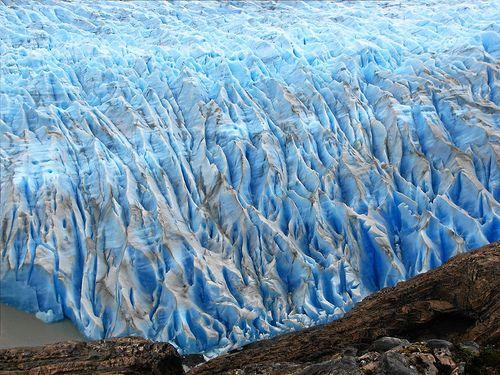 Glaciar Grey  El Glaciar Grey, en el Parque Nacional Torres del Paine, en Chile, parece combinar sus matices y tonalidades con el cielo, las nubes, la puesta de sol y los cristales de hielo, para plasmar en el paisaje una verdadera obra de arte. El resultado es un paisaje de ensueño, una sinfonía de color, en celeste y turquesa, un espectáculo visual que se modifica a cada momento