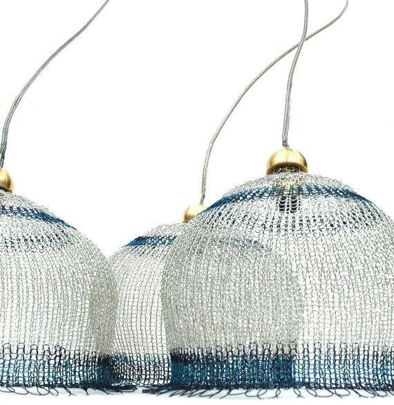 Abatjour au crochet en argent et bleu  diamètre de 4 par Yoola, $286.00