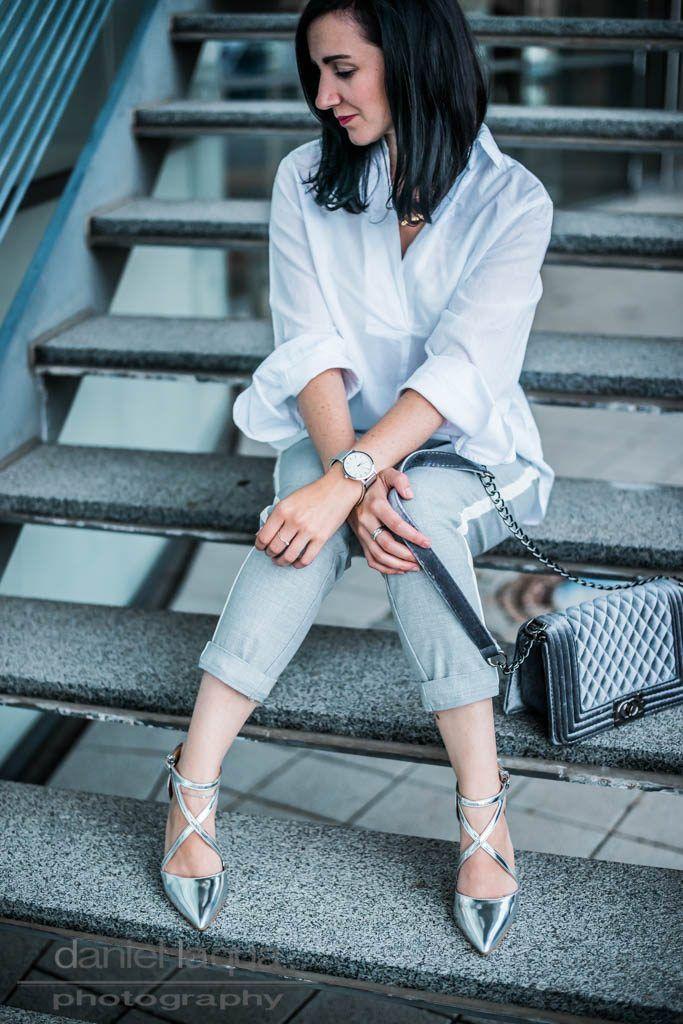 Outfit mit grauer Hose und weißem Seitenstreifen, weißer Oversizebluse und silbernen Pumps von Kurt Geiger | Athleisure Trend OOTD | Outfit of the day | Outfitinspiration | Julies Dresscode - Fashion Blog | https://juliesdresscode.de