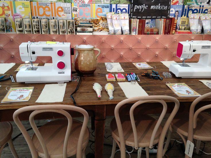 Workshop naaien op de #Libelle Zomerweek. Check de customized #Chesterfield banken van #steigerhout