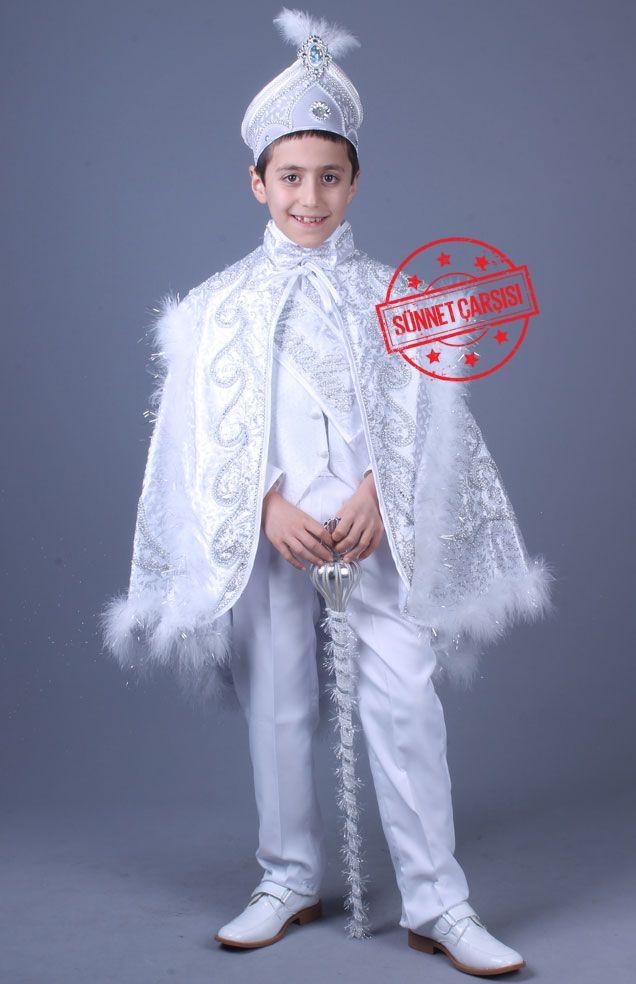 Tac Mahal Beyaz Gümüş Altın Pelerinli Sünnet Kıyafeti   Bu pelerinli sünnet kıyafetleri toplam 9 parçadan oluşmaktadır. Şu anda sünnet kıyafetlerimizin fiyatları %50 indirimdedir. Bu sünnet kıyafeti üzerindeki nakışlar tamamen el emeği ile yapılmıştır. Kullanılan taşlar ithal taşlar olup kaliteli yapıştırıcılar ile yapıştırılmıştır. Temizlerken dikkat edilmesi gereken husus, pelerin üzerine ılık su ile sabunlu bir şekilde kirli olan bölgeyi temizlemektir.