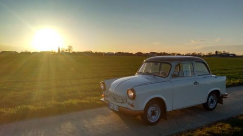 Go Trabi Go Alte Liebe rostet nicht. Und wird liebevoll gepflegt – auch die zum Trabant, Kult-Auto der DDR. Im Jahr 1991 verließ das letzte Modell das Werk in Zwickau und rollte direkt ins Museum. Nostalgiker können in dieser Kollektion das Relikt aus kommunistischen Wirtschaftszeiten ganz einfach kaufen.