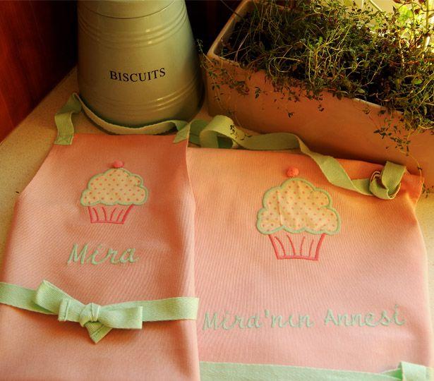 Annne Kız mutfakta... #kitchen #mumanddaughter #mutfakönlüğü #çocukhediye  http://www.giftomino.com/kategori/cocuklara-hediye/?page=3