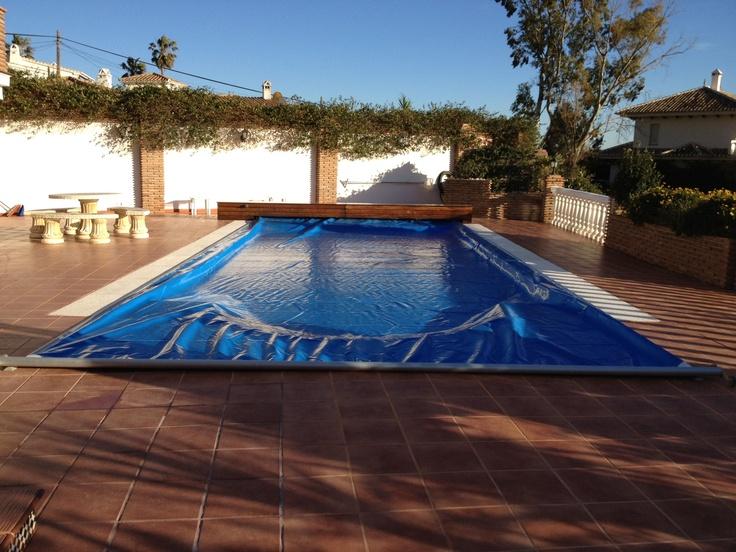 Acabamos de instalar esta cubierta en una piscina con entrada romana en Benalmádena, Costa del Sol. Como la piscina ya estaba construida, la opción elegida ha sido nuestro sistema automático Benchmount Toptrack.  http://www.capcovers.com/index.php/es/productos/benchmount-toptrack/