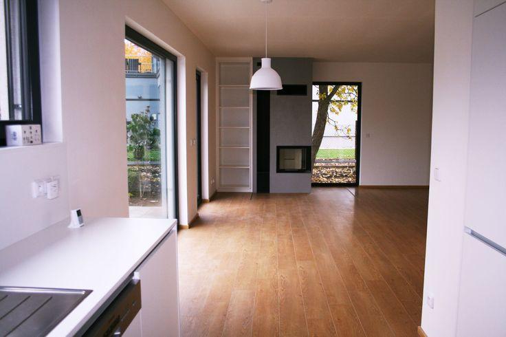 Obývací pokoj s krbem a velkými okny