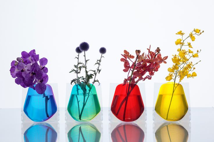 「Hope Forever Blossoming」(short)  Pint-sized versions of our perennially popular acrylic sleeve flower vase appear in new designs and colors.Compared to the standard versions, these smaller vases feature a wide mouth to accommodate short-stemmed flowers.