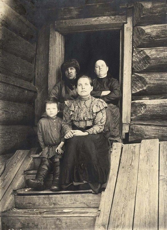 A rich peasant family, 1911.