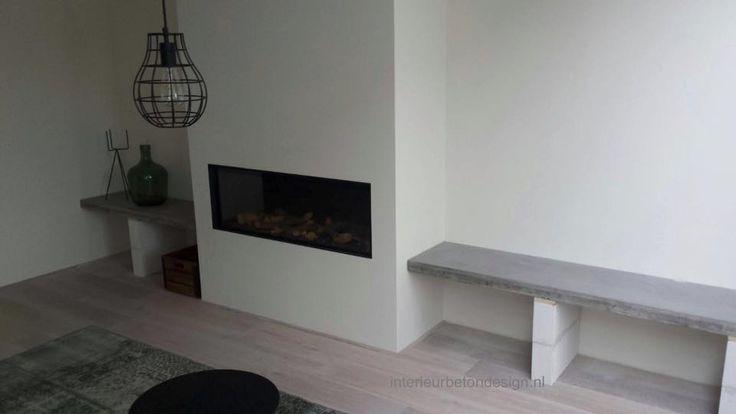 Bankje langs de muur van beton | Gezellig naast de haard | inspiratie | Kan ook als tafel