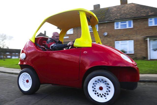 Homem constrói réplica real e funcional do carrinho para crianças Cozy Coupe da Little Tikes
