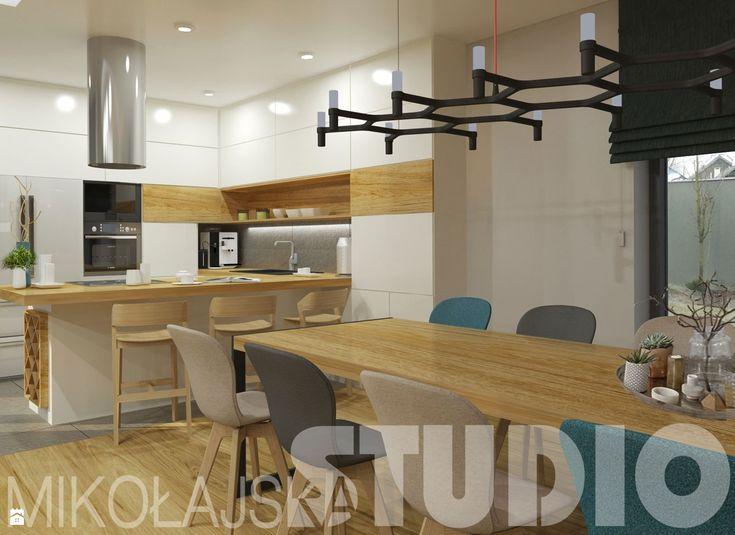 salon z kuchnią w jasnym drewnie - zdjęcie od MIKOŁAJSKAstudio