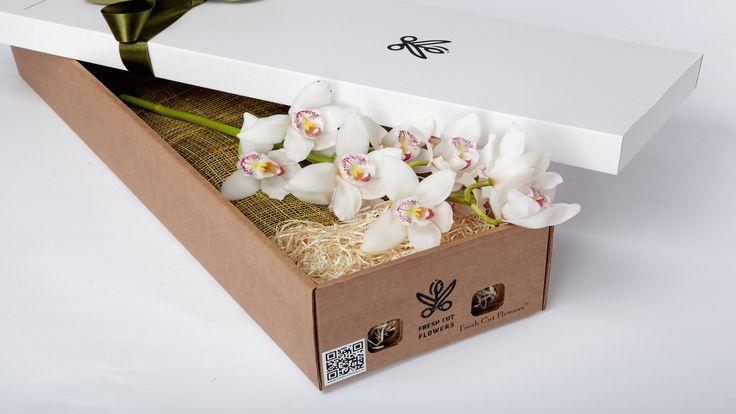 Орхидеи в подарочной коробке. Белые орхидеи.Цветы и подарки.  Коробки с живыми цветами. Онлайн заказ. Доставка цветов и подарков.