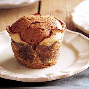 Appelcupcake / - 4 kleine appels, stevig (bijv. elstar) - 200 g boter - 150 g bruine basterdsuiker - 2 eieren - 200 g zelfrijzend bakmeel, gezeefd - 2 theelepels kaneelpoeder - 1/2 citroen, schoongeboend en geraspt