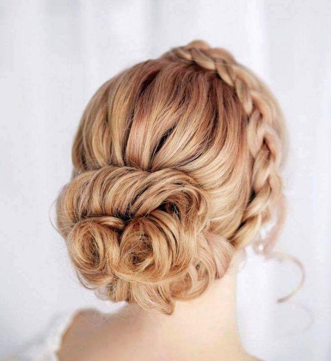 Низкий пучок и коса-ободок - отличный выбор для свадебной прически