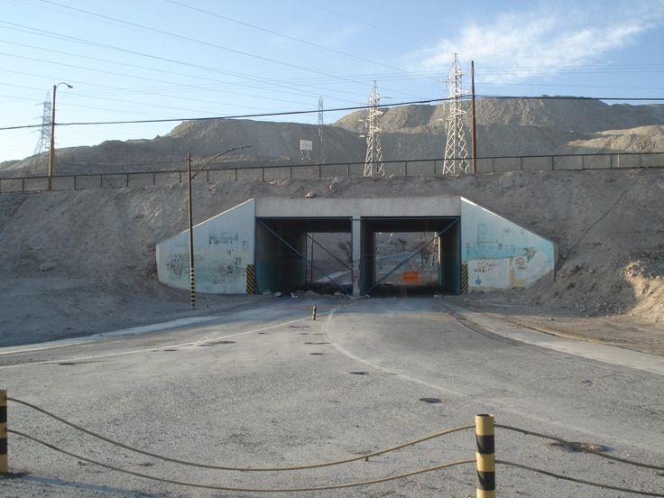 Antiguamente, al pasar ese portal, llegabas al hospital Roy H. Glover de Chuquicamata, en el año de su inauguración fue el más moderno de latinoamerica, ahí nací yo.