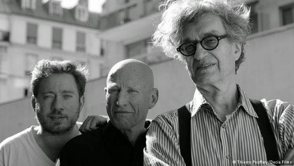 左起共同導演朱利安諾里貝羅薩爾加、塞巴斯提安薩爾加多、導演文溫德斯