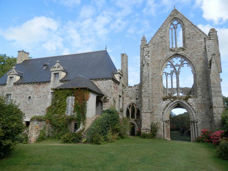 45) ABBAYE DE BEAUPORT, HISTOIRE: .. ne restait guère plus de 12 à 15 prémontrés résidant habituellement à l'abbaye. En 1790 ils n'étaient plus que 10 religieux à Beauport et 9 autres étaient détachés comme curés-prieurs. En outre, l'abbaye avait eu jusqu'en 1760 quelques élèves se destinant à la prêtrise ou au noviciat de l'ordre. Enfin son personnel se complétait par 9 domestiques pour cultiver les jardins, car les moines de Beauport ne travaillaient pas de leurs mains.