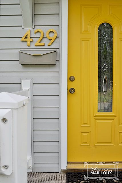 House numbers matching the color of the door... Such a cute entrance! It'd look nice on a brown house.
