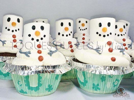 Schneemänner Cupcakes ... Schokoladencupcakes mit Frischkäsetopping und Marshmallows. ----------------- Cupcakes en forma de muñeco de nieve... cupcakes de chocolate con crema de queso fresco y nubes de azúcar.  #Schneemann #muñecodenieve #cupcakes #cuppies #chocolate #marshmallow #Schokolade #topping #toquesdulces