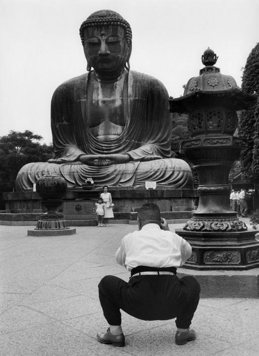 ♥ ⋱‿ ❤AnE LeeLA..MoodS in BlacKWhitE&GraY &BeigE..Marc Riboud / Kamakura, 1958