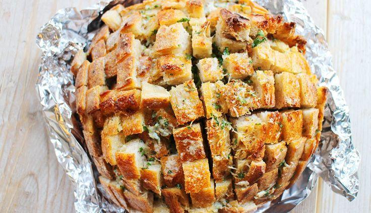 Dit borrelbrood gevuld met onder andere kaas ziet er niet alleen geweldig uit, het smaakt ook waanzinnig lekker. In het Engels wordt het ook wel eenpull...