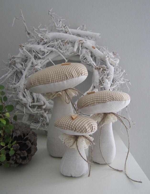 Drei schöne Pilze in  unterschiedlichen Größen, verziert mit Klöppelspitze, Holzknöpfen und Juteschnur für Deine Herbstdeko.  Damit sie frei stehen können, habe ich die Stiele zum Teil mit Granulat...