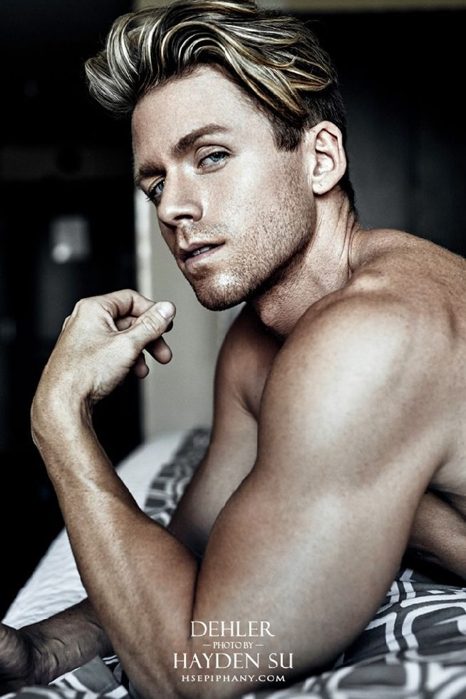 En la cama con el apuesto modelo Steven Dehler, en este fantástico trabajo del fotógrafo Hayden Su. Belleza y erotismo de hombre con un irresistible atractivo.
