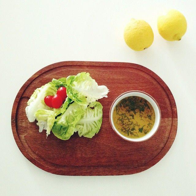 molho p/ salada: 1 dente de alho amassado, 5 folhas de hortelã fresco bem picadas, 3 colheres de sopa de azeite de oliva extra virgem, suco de 1 limão siciliano, raspas de meio limão siciliano, e sal rosa do himalaia ou grosso moído na hora. Só misturar tudo, deixar curtir um pouco e servir.