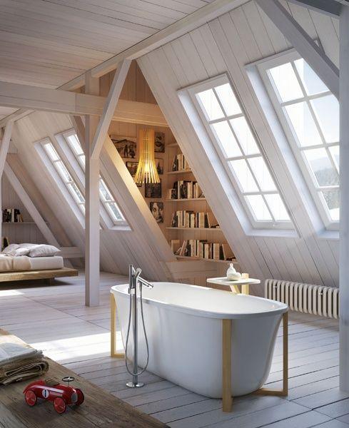 Zolderslaapkamer met prachtige dakramen en vrijstaand bad.