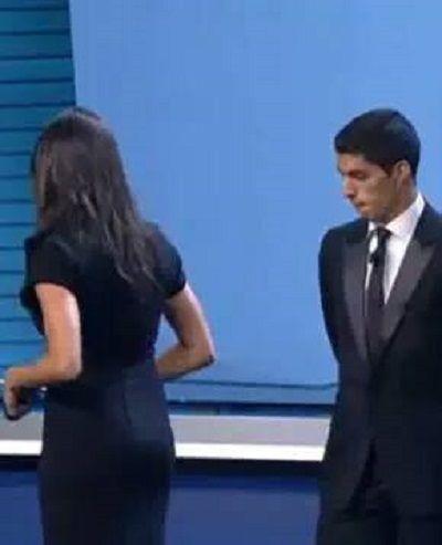 Urugwajczyk zapatrzył się na zgrabną pupcię niezłej laski • Luis Suarez zastanawia się czy ugryźć tyłek prezenterki • Zobacz obrazek >> #suarez #football #soccer #sports #pilkanozna