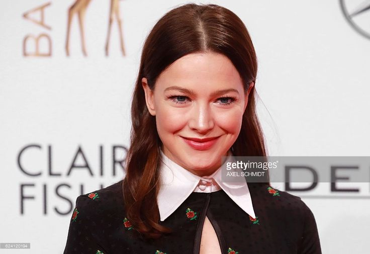 German actress Hannah Herzsprung poses on the red carpet for photographers as she arrives at the Bambi awards on November 17, 2016 in Berlin. The Bambis are the main German media awards. / AFP / AXEL