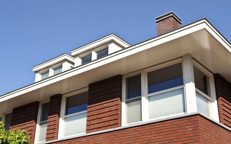 jaren dertig twee-onder-één-kap woning   een fraaie traditionele woning uitgevoerd met siermetselwerk banden onder de grote overstekken van de ruime schildkap en stevige witte kozijnen die refereren aan een typische jaren 30 bouwstijl