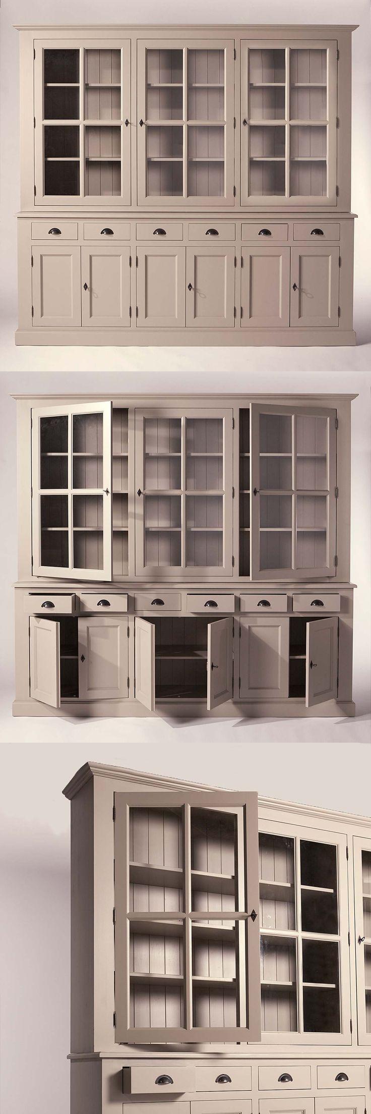 Grand #buffet #vaisselier couleur taupe. Le meuble comprend un grand nombre de rangements avec ses portes battantes et ses tiroirs. Style indémodable, s'adapte à tout type d'intérieur.