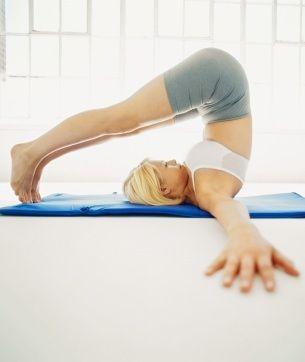 Etirer son dos régulièrement permet d'améliorer son bien-être. Voici 3 exercices d'étirement du dos pour étirer vos muscles lombaires, dorsaux et trapèzes.