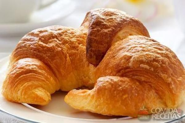 Receita de Croissant fácil super recheado, em Pães e Lanches, ingredientes: 1/2 xícara (chá) de água morna, 1/2 colher (sopa) de sal, 3 gemas, 4 xícaras (chá) de farinha de trigo, 1 xícara (chá) de margarina para folhar, Farinha de trigo para enfarinhar, Margarina e farinha de trigo para untar, 1 gema para pincelar, 1 colher (sopa) de água para pincelar...