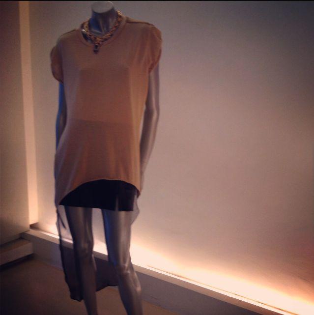 Falda negra en piel con abertura en una pierna. Blusón high-low en seda con transparencia y degradado en la espalda. Gargantilla: Libertine & Muse
