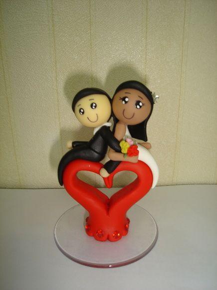 casal sentado no coração confeccionados em biscuit personalizo de acordo com o gosto do  cliente R$ 12,00