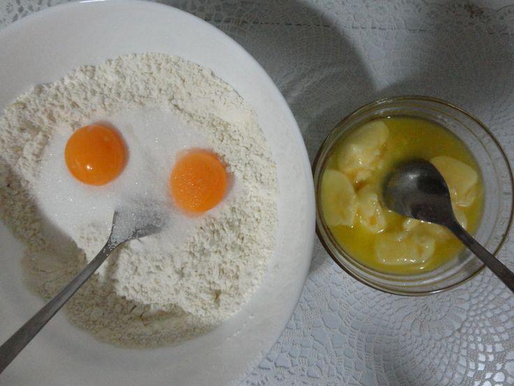 en el bol con harina añadir la mezcla de miel y mantequilla